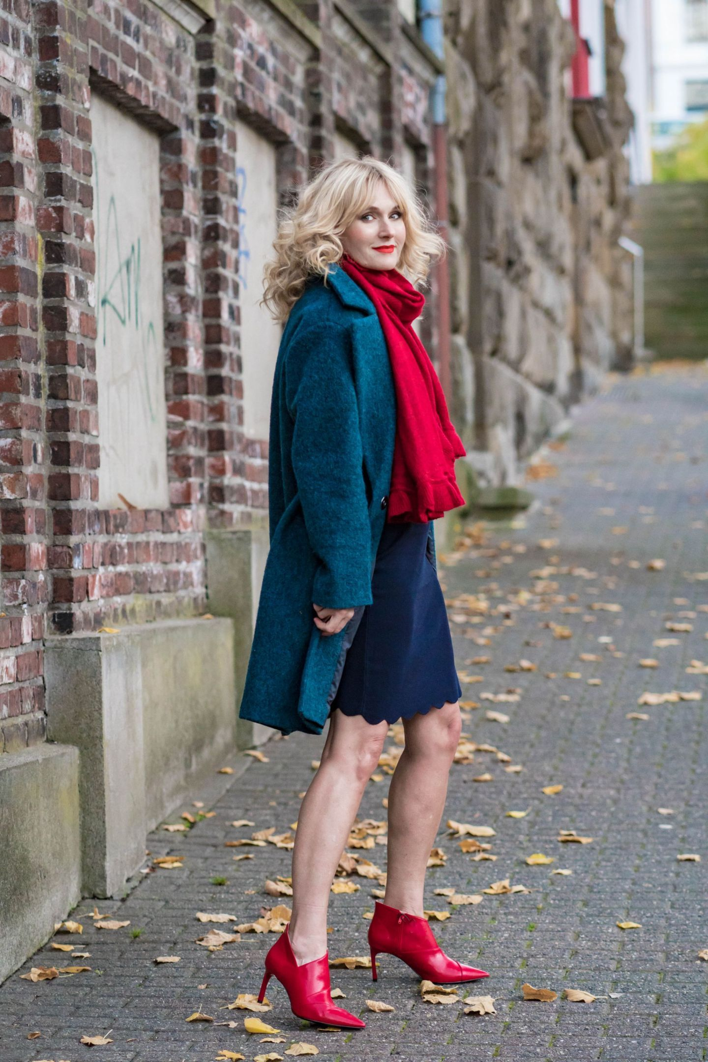 Outfit Weihnachtsfeier: ein festlicher Look in Blau-Rot ...
