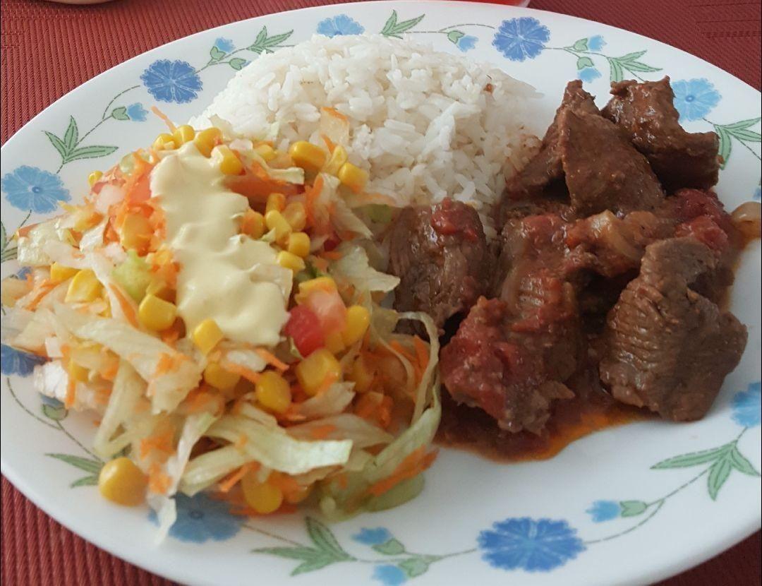 Carne En Salsa De Tomates U Cebolla Ensalada Mixta Con Maiz Dulce Y Arroz Blanco Food Meat Beef