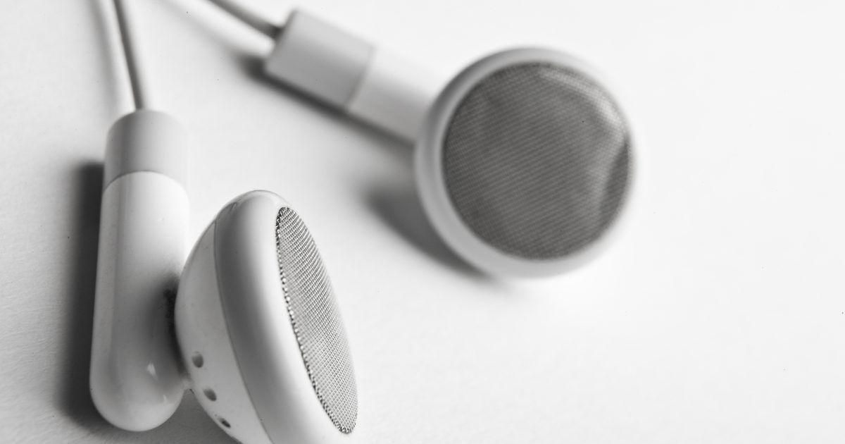 Como fazer um cabo auxiliar em casa. Faça seu próprio cabo auxiliar estéreo com peças de componentes eletrônicos em desuso. Os mesmos fios e adaptadores necessários para ele podem ser encontrados em dois pares de fones de ouvido. Um cabo auxiliar consiste de dois plugues estéreo de 1/8 polegadas unidos por um cabo de comprimento variável. Dentro dos fones de ouvido, podem haver três ...