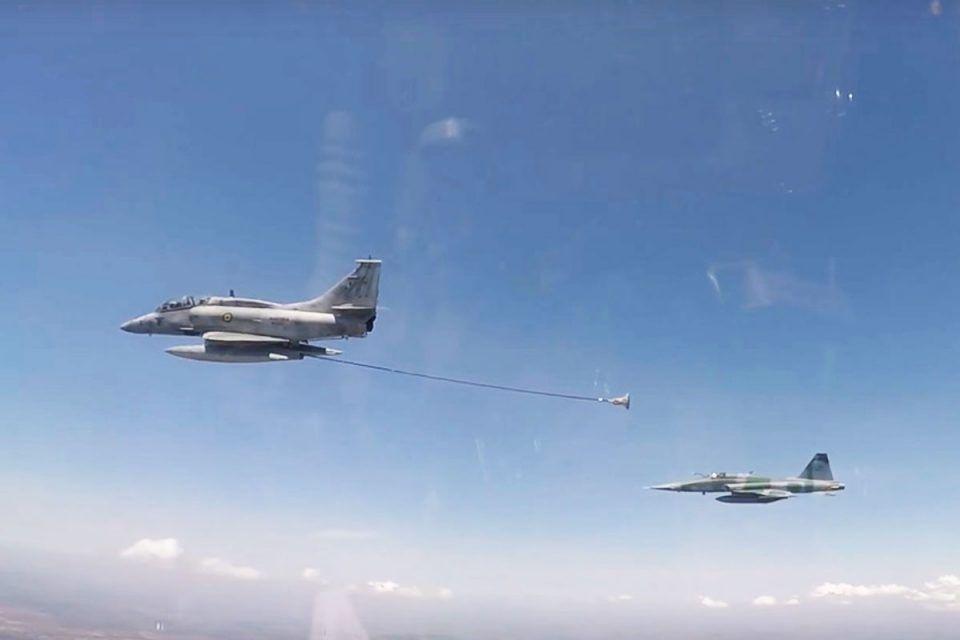 Fab E Marinha Realizam Operacao Inedita De Reabastecimento Aereo Aviacao Brasil Marinha Forca Aerea Brasileira