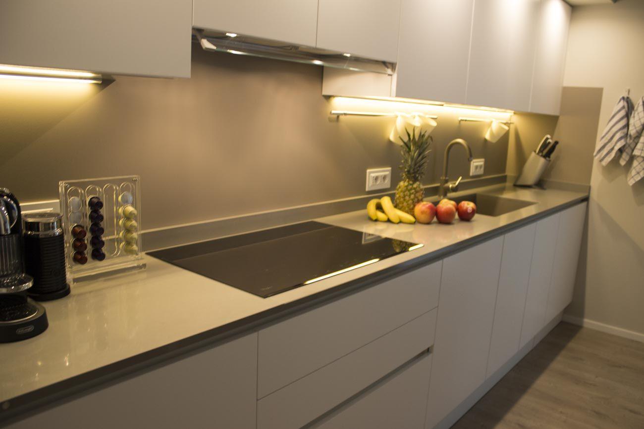 Piano Cucina Agglomerato.Cucina In Polimerico Finitura Bianco Lucido Con Top In
