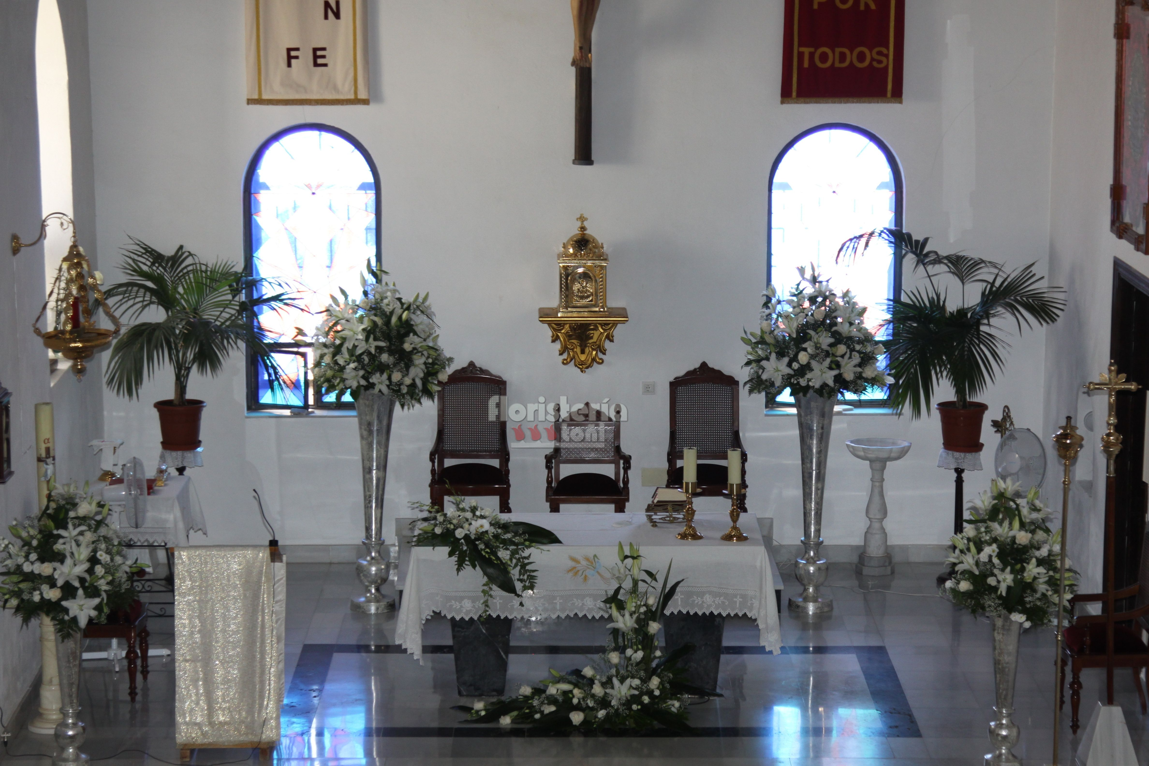 Decoraci n altar en blanco y crema con pedestales plata en - Decoracion almeria ...