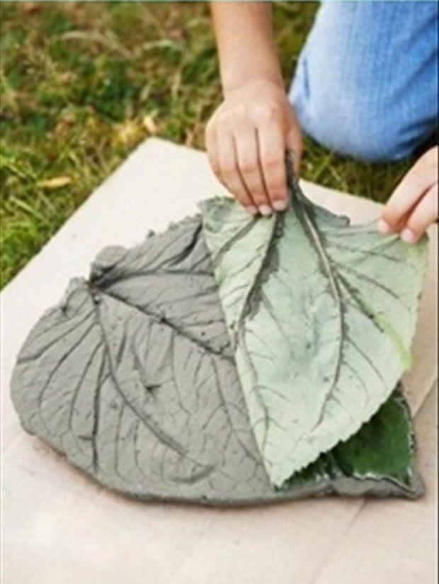 L\'idée déco du samedi : des dalles de jardin en forme de feuille ...