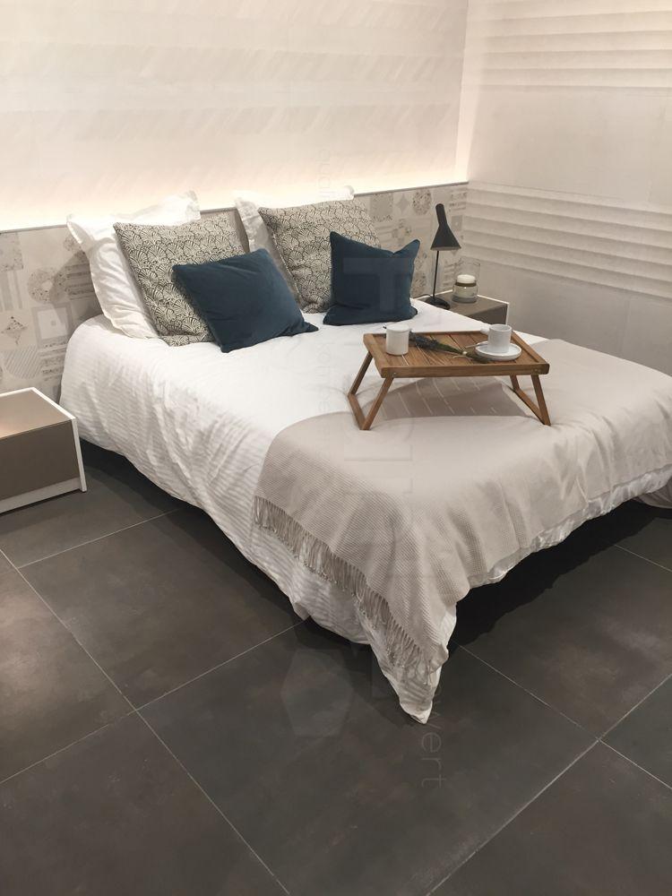 Moderens Schlafzimmer Mit Großformatigen Betonoptikfliesen #fliesen #beton # Grau #modern #trend #