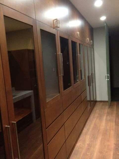 Vestidor madera banak con puertas de cristal piso laminado URPA