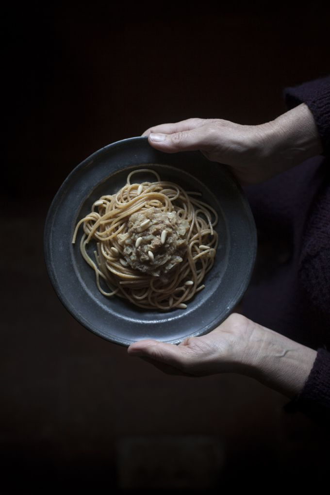 Bigoli in salsa: a Venetian timeless recipe for a dish of whole wheat spaghetti with anchovy sauce | The Freaky Table by Zaira Zarotti