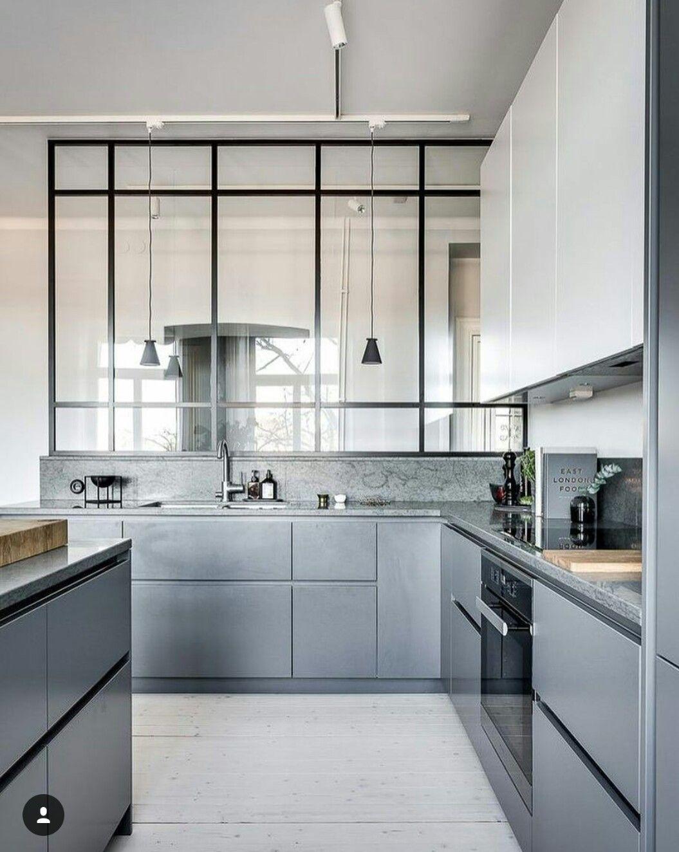 Cocina sobria, gris y de líneas rectas, luminosa y actual.   House ...