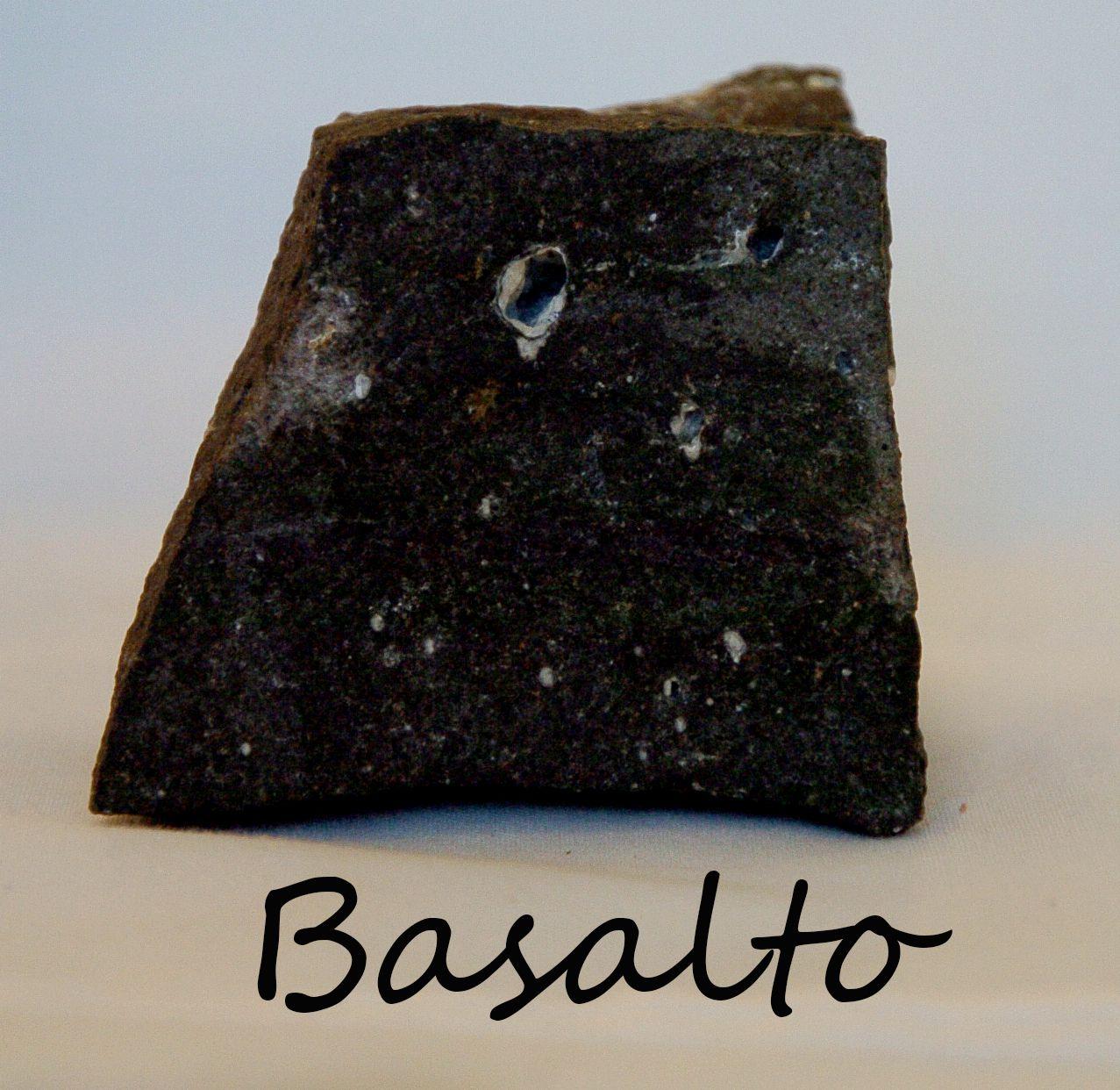 Basalto es una roca gnea volc nica de color oscuro rica for Piedra volcanica