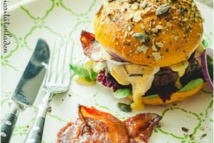 Herbstburger mit Rote Bete Relish, kandiertem Speck und Camembert