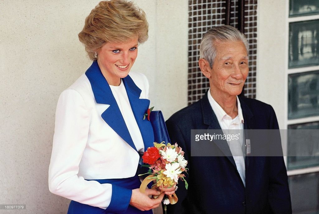 Diana, Princess of Wales, wears a Catherine Walker suit during her official visit to Hong Kong on November 9, 1989 in Hong Kong.