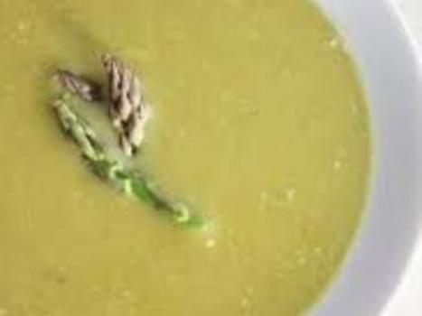 Varm oljen i en stor kjele på middels sterk varme. Tilsett løk, og stek den i 5minutter til den er myk, men ikke brunet.  Tilsett kraft, asparges, selleri, salt, pepper og halvparten av estragonen i kjelen. Kok opp. Skru ned varmen, legg på lokk, og la det småkoke i 10minutter til aspargesen er sv…