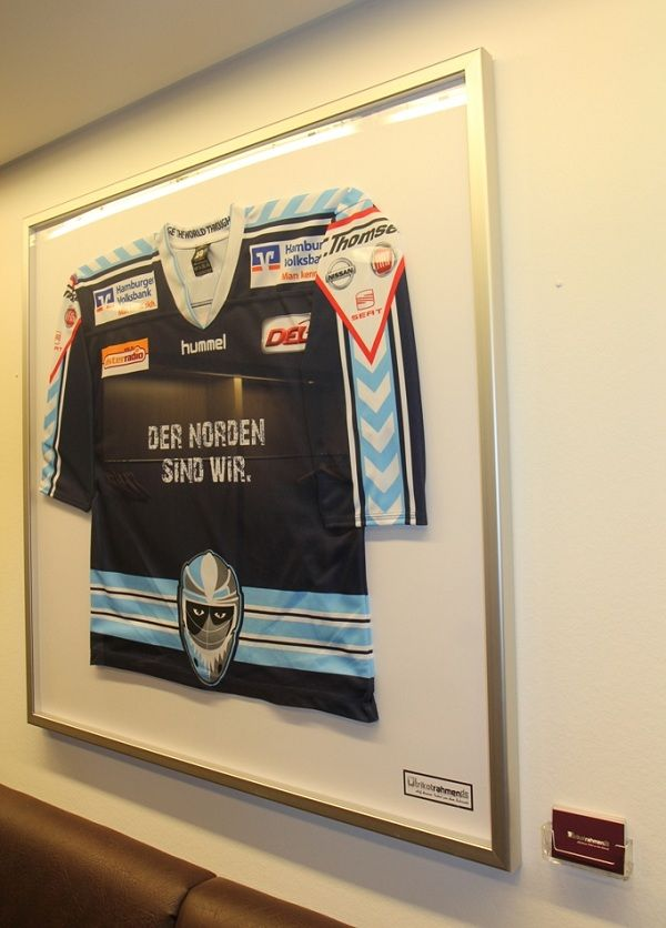 Trikot der Hamburg Freezers in der Business Lounge der O2 Arena ...