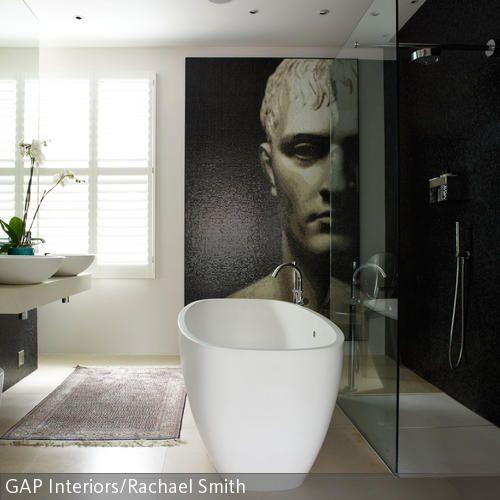 Freistehende Badewanne im Designer-Bad mit Wandbild | Freistehende ...