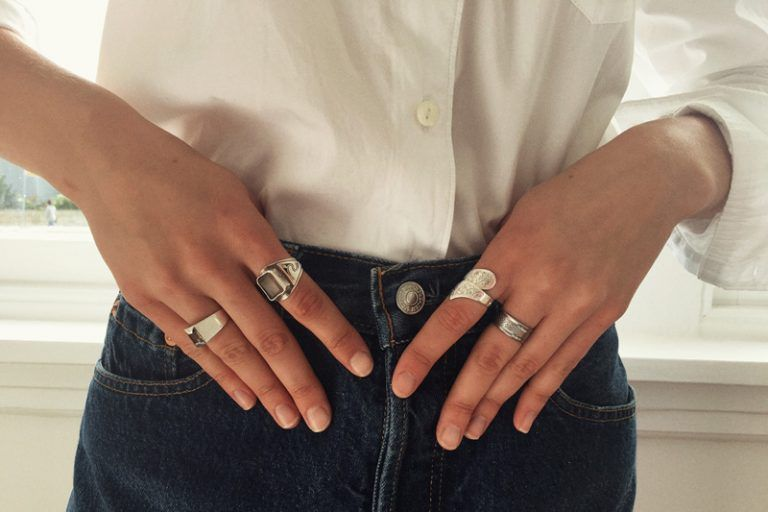 Editors styles - CHRONICLES OF HER - white shirt and jeans - levis - cool girl with rings