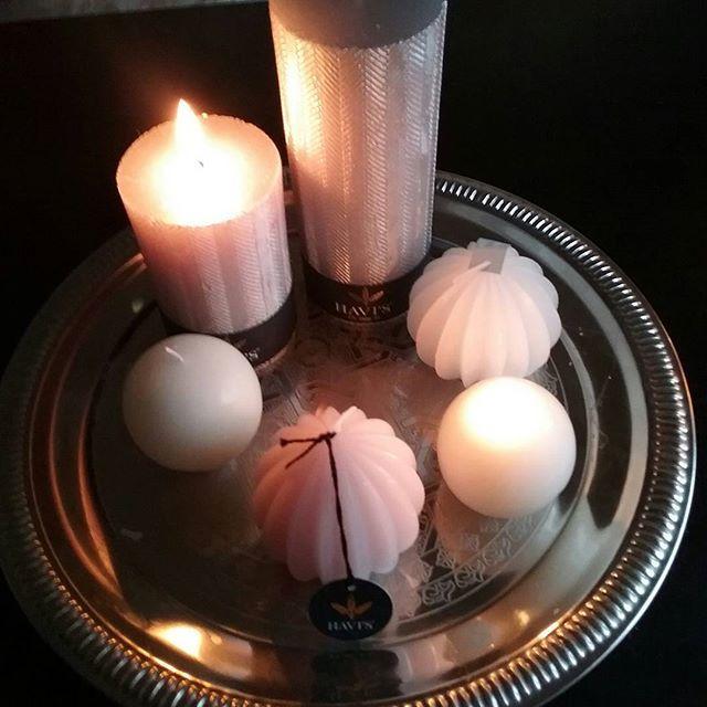 SISUSTUS. KYNTTILÄT. MinunTYYLIÄ, TARJOTTIMELLA olohuoneessa...KOTIMAISET Kynttilät, Isot, UUDET, Trendikkäät Kynttilät. Klassiset pitkät, antiikkikynttilät blogissa. Mitkä Sinun SUOSIKIT? @havifi #kynttilät #sisustus #kotimainen #havi #sesonki #trendit #juhla #arki 👌❤☺
