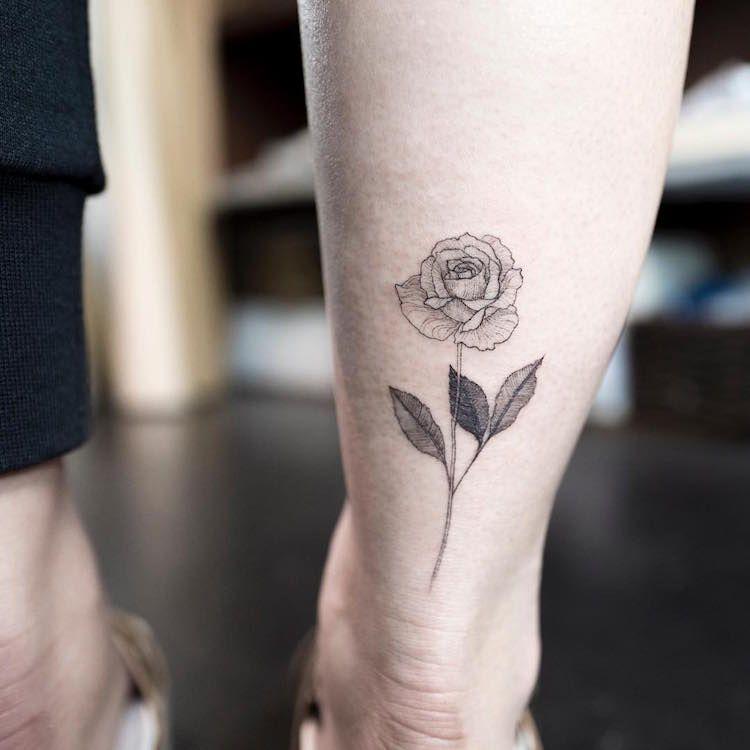 tatouage-cheville-femme-rose-graphique-arrière-cheville