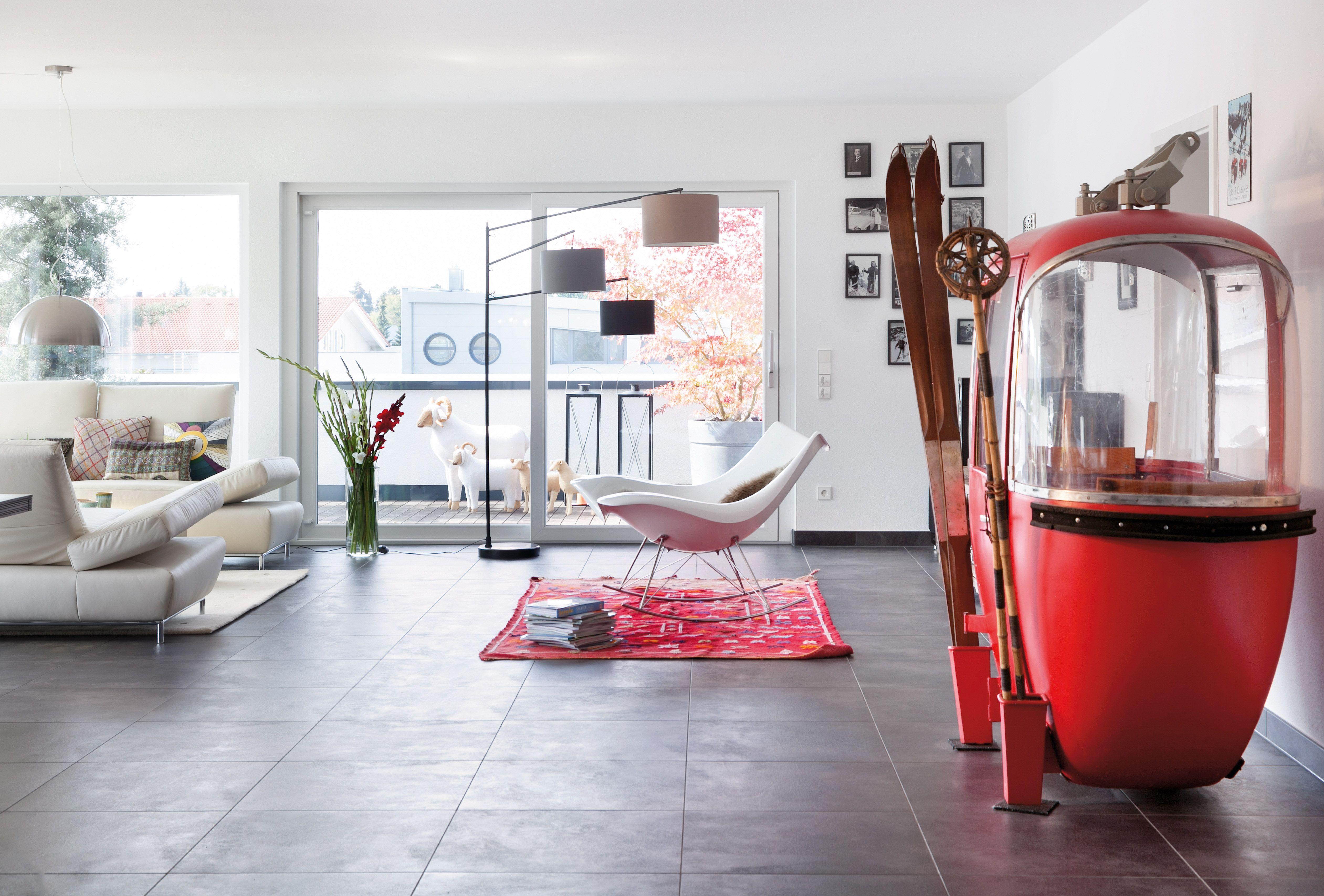 Interessantes Wohnzimmer mit Gondel als Dekoelement