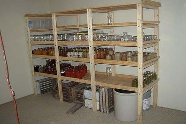 Bild från http://www.cnbhomes.com/wp-content/uploads/2014/12/good-looking-build-wood-storage-shelves-TMj19.jpg.