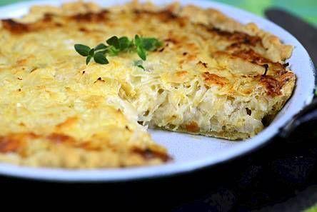 Hapankaalipiirakka on helppo ja maukas arkinen ruoka. Tarjoile lisänä vaikka paistettuja makkaroita.