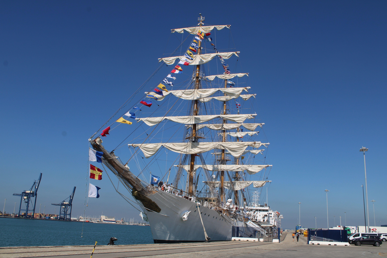 buque escuela de la armada argentína en el puerto de Cádiz