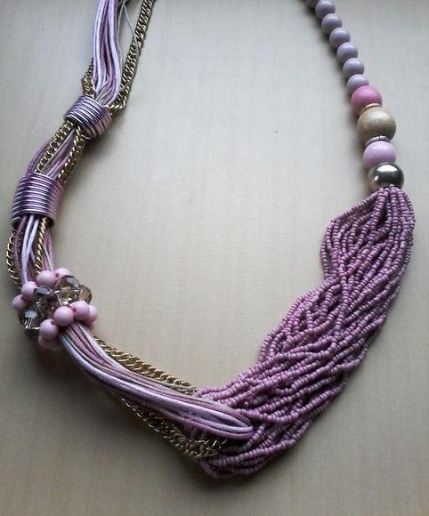 Maxi colar Rosa feito com miçangas, com detalhe em corrente dourada e pedras sintéticas R$ 29,99