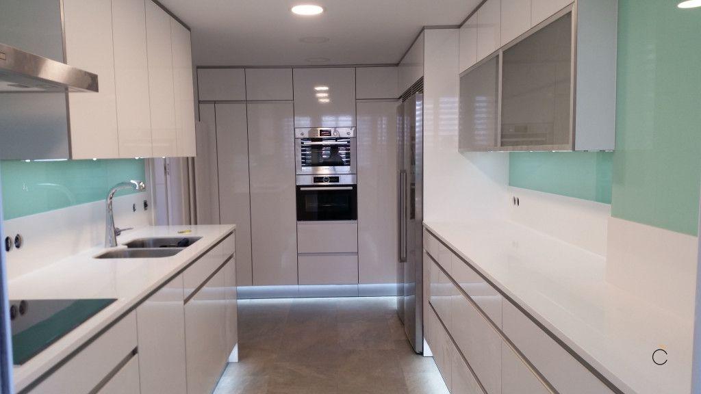 Cocina blanca con electrodomésticos - cocinas blancas modernas