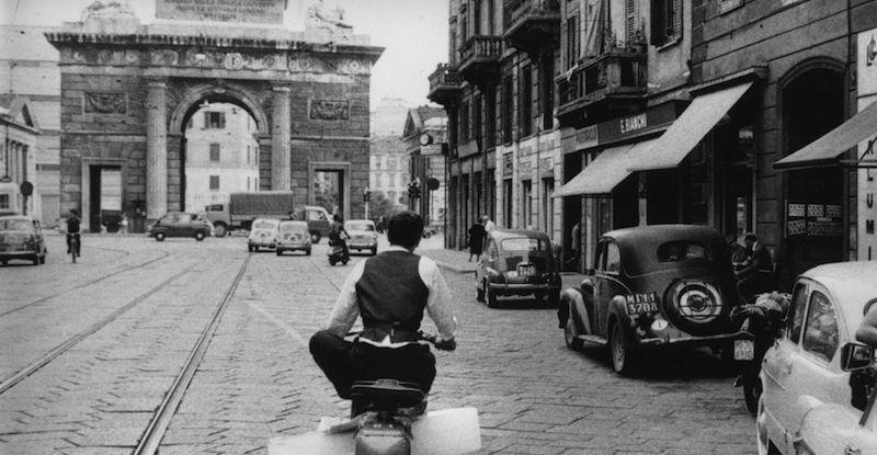 Milano un uomo trasporta un blocco di ghiaccio sullo - Da porta garibaldi a milano centrale ...