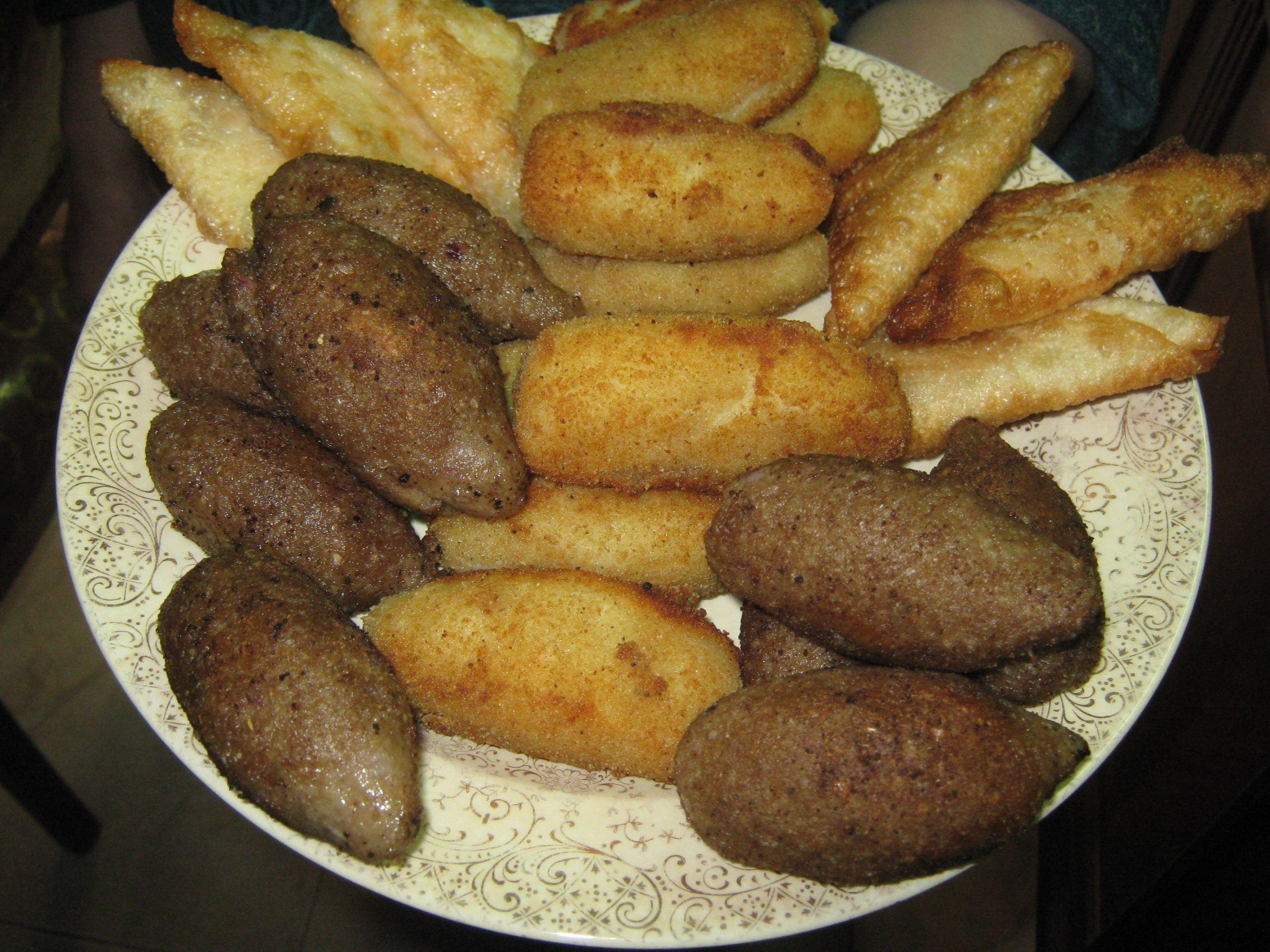 تشكيلة من الكبيبة الشامي كروكيت البطاطس بالجبنة سمبوسك جبنة بيضاء بالنعناع و سمبوسك كيري بسطرمة بعد التسوية Food Pretzel Bites Sausage