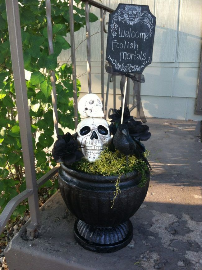 haus-halloween-dekorieren-schwarzer-kuebel-schaedel-raben-schild - halloween decorations at walmart