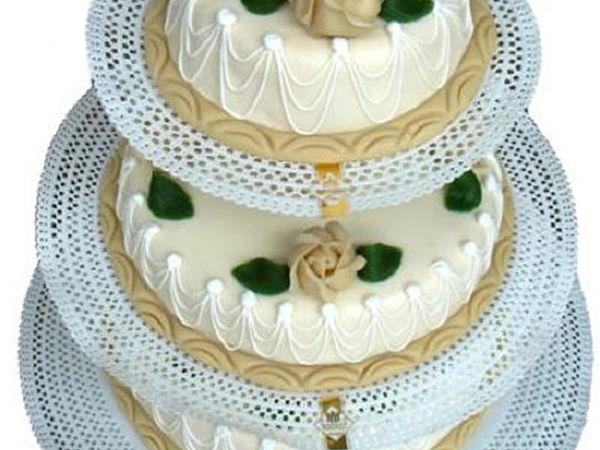 Bruidstaart Chipolata 3 Etages. Een biscuit gevuld met chipolata vulling. Afgewerkt met marsepein en versieringen. #biscuit #bruidstaart #trouwen #chipolata #marsepein