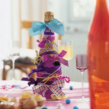 A sugestão foi tirada da Marie Claire Idées: use fitas de várias cores e tamanhos em torno da garrafa de vinho ou champagne e pronto, tá feita a graça. Uma maneira criativa e divertida para presentear ou decorar a mesa de Natal.