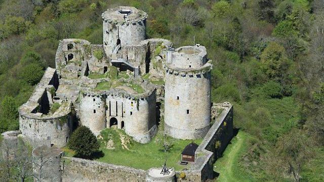 Le Chateau De Tonquedec En Ruines Mais En Vie Chateau Bretagne Chateau Ruines