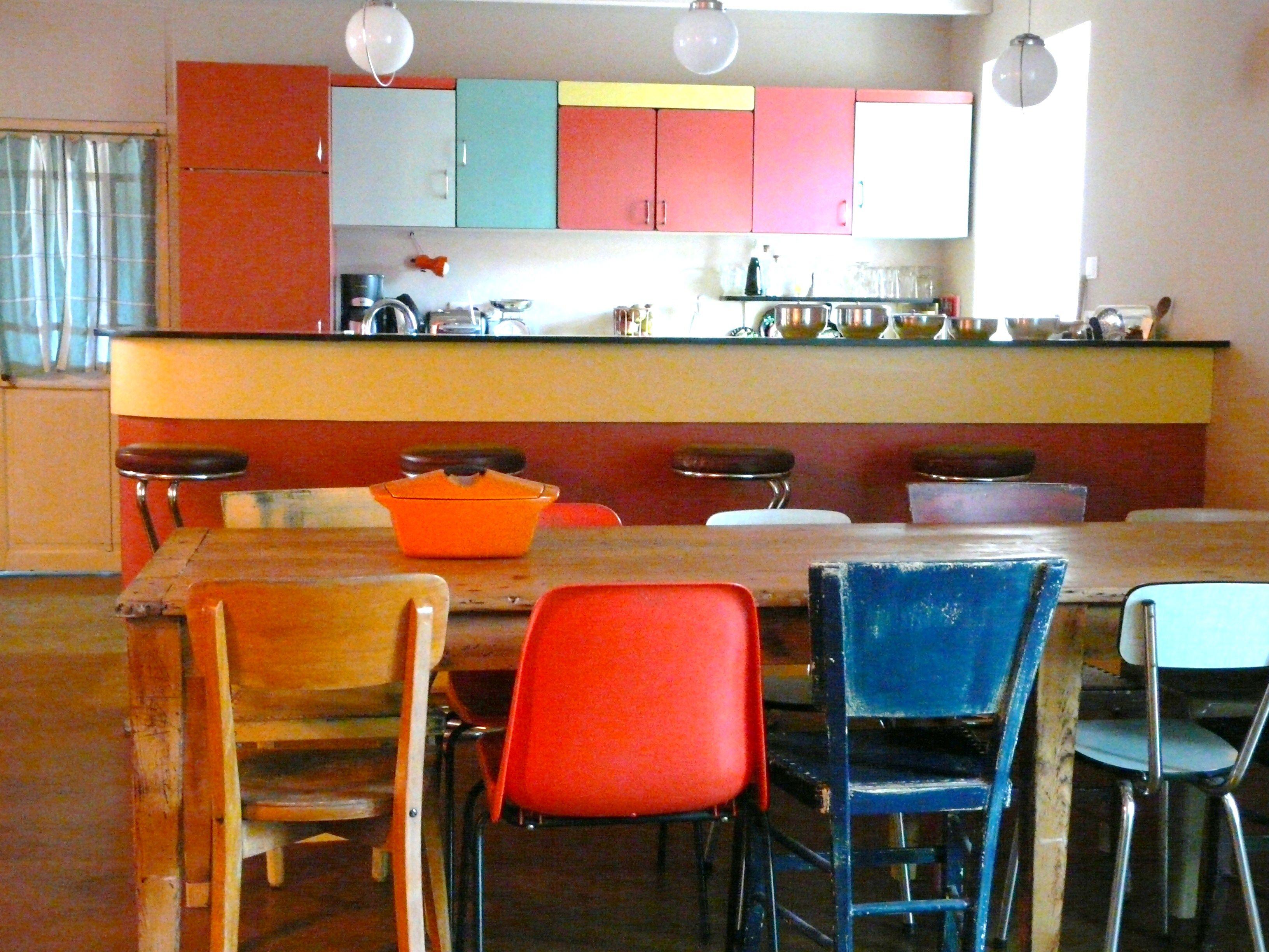 le café, le bar et les placards sont réalisés avec des buffets de ...