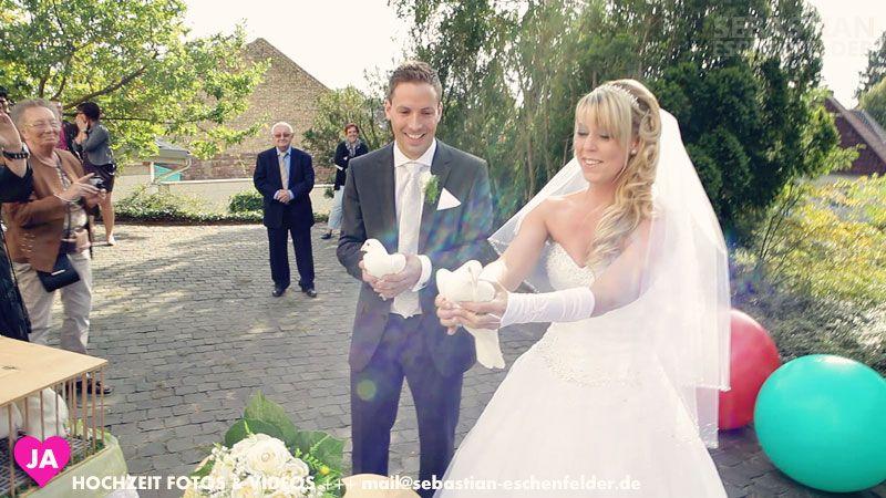 Träume werden in Erfüllung gehen - Weiße Tauben werden fliegen. Genießen Sie den schönsten Tag in Ihrem Leben. Hochzeit Videos & Fotos - Jetzt Buchen: mail@sebastian-eschenfelder.de - http://hochzeit.locationtv.de #Brautkleid #Hochzeit #Wedding