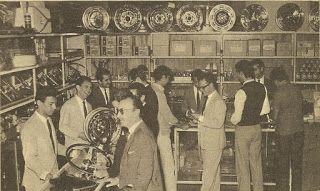 Em 1964, entrar numa loja de acessórios era um êxtase. Rodas, calotas, volantes, rádios, enfim, tudo do bom e do melhor para seu pequeno Volkswagen.