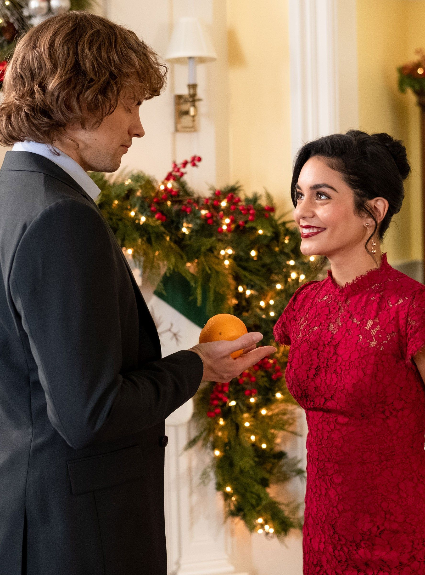 Vanessa Hudgens Says The Knight Before Christmas Is A Completely Different Holiday Rom Com Refinery29 Netflix Filmes E Series Series E Filmes Netflix