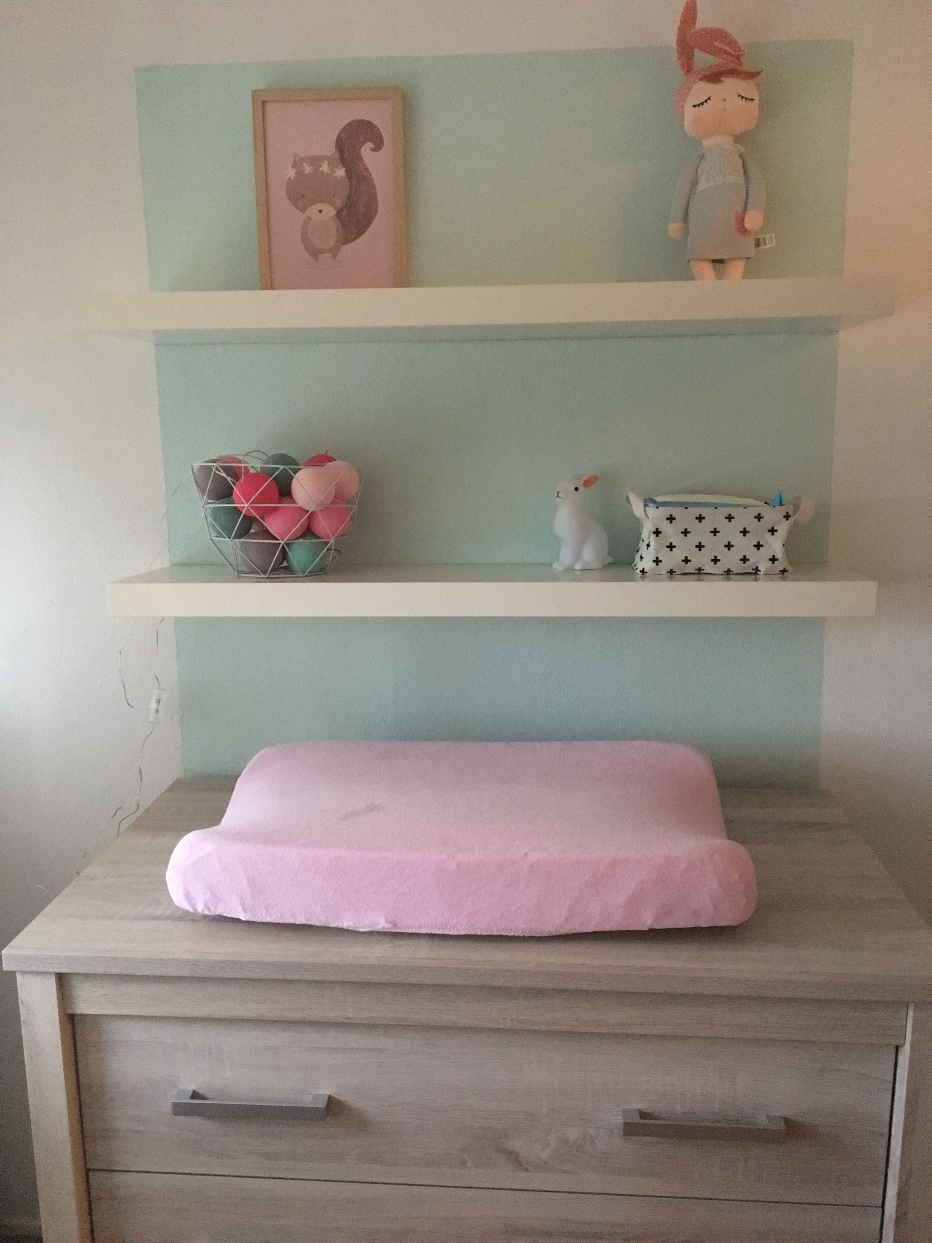 Basic mint kleurige babykamer met roze accessoires