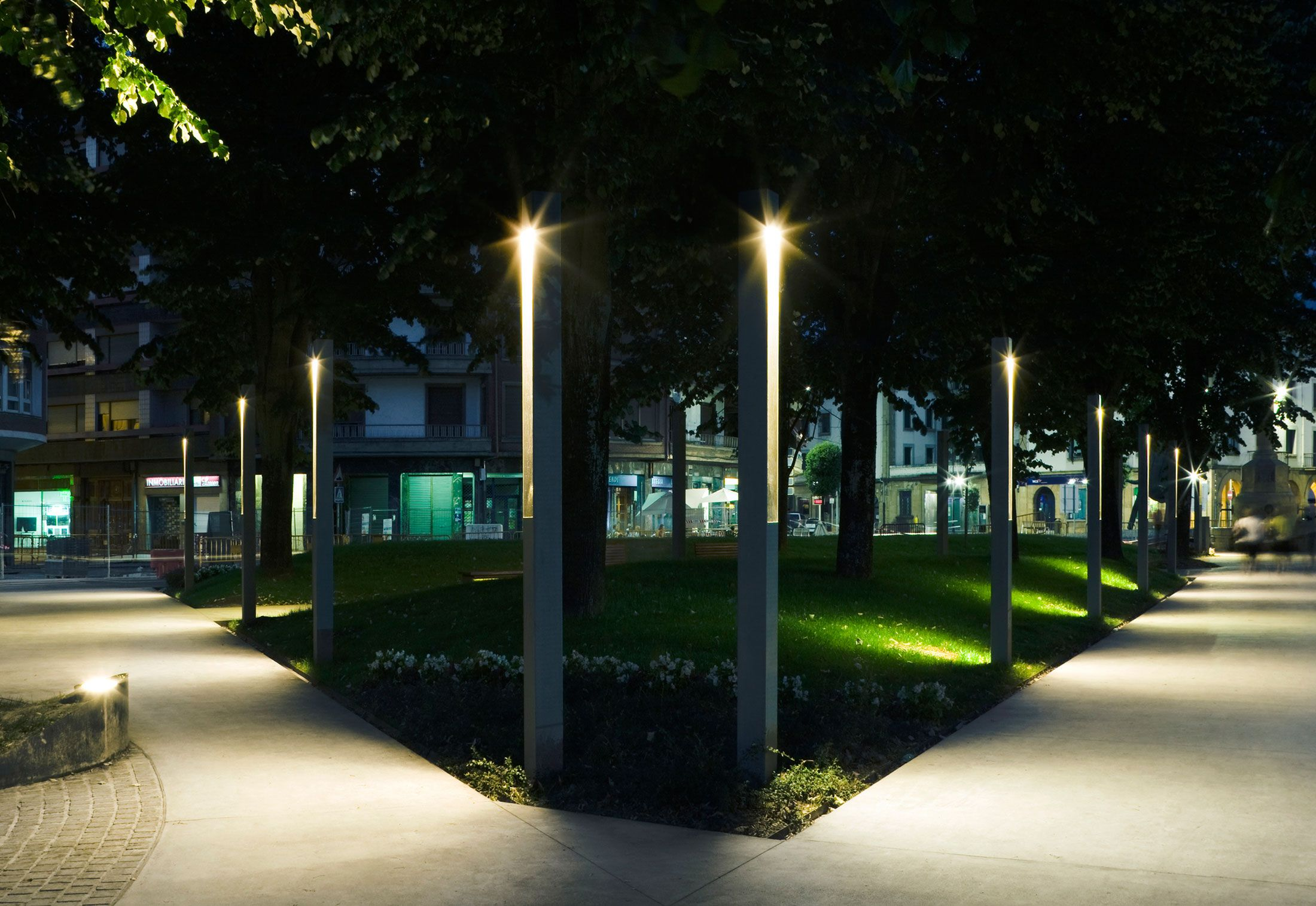 Уличное освещение - вечернее очарование сада | Landscape lighting design,  Modern landscape lighting, Urban lighting design