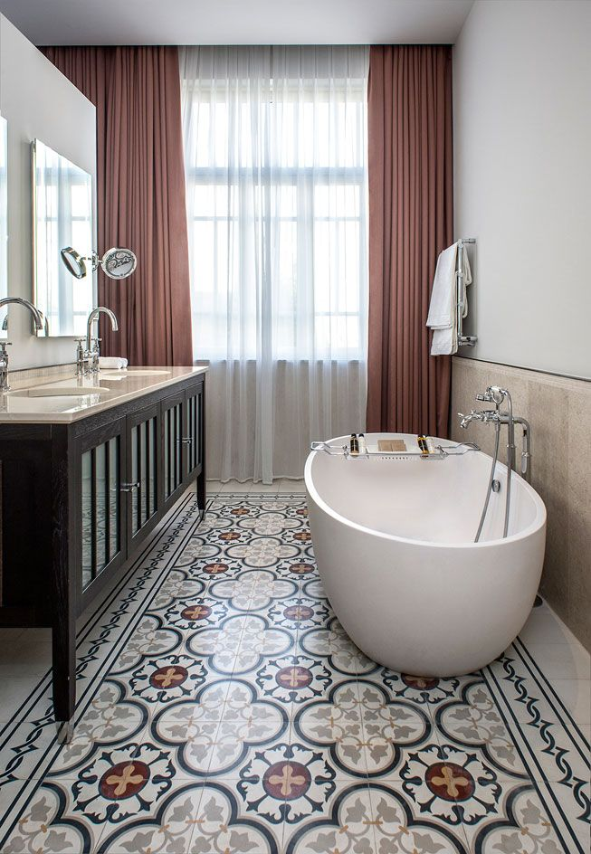 #Bathroom with #patterned #floor and #curtains // #Badezimmer mit #gemustertem #Boden und #Vorhängen