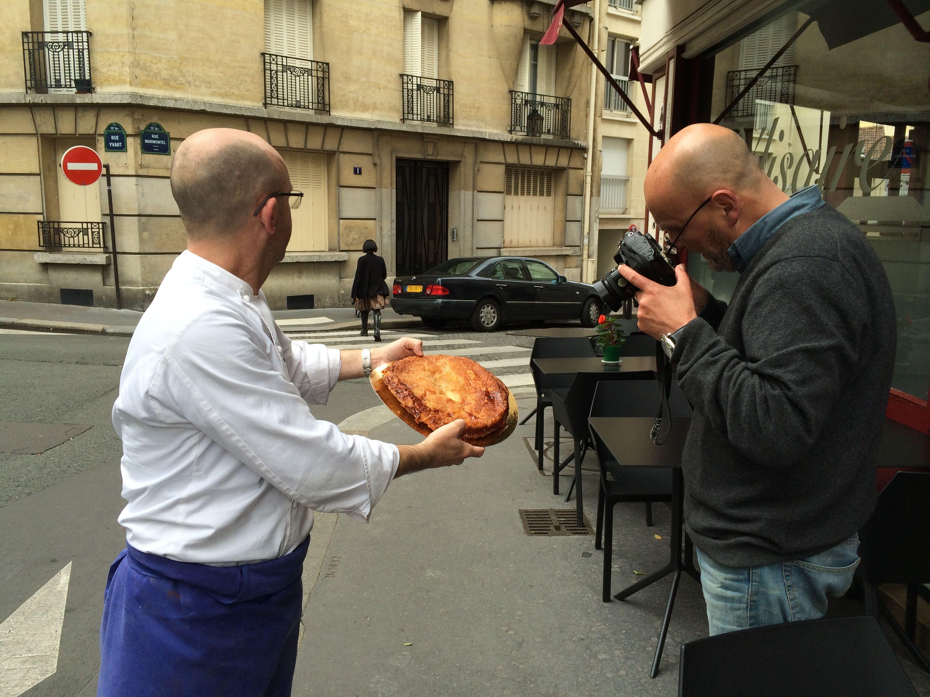 Photographe #HervéAmiard prends en photo le kouign-amann du chef #MatthieuGarrel au #Bélisaire.  #LivreRecettes #CDPEditions