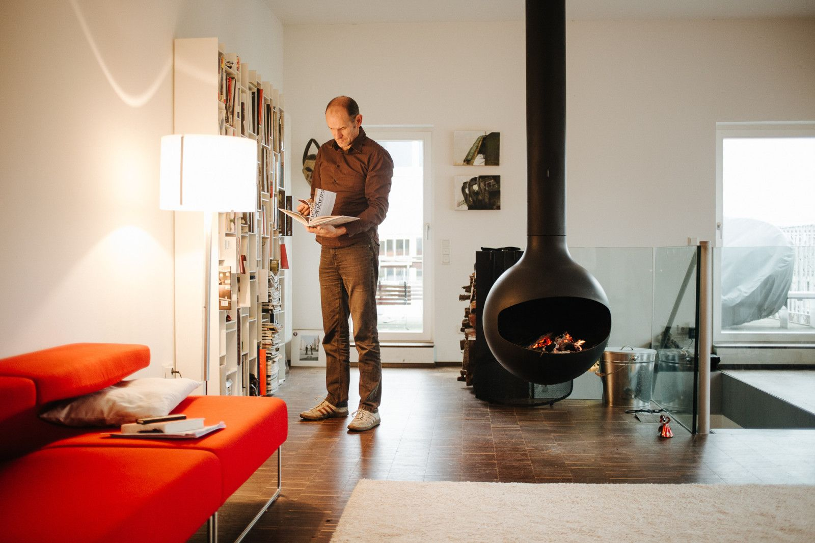 Manfred Wolf has experienced great success with his practical approach to design. Working with meticulous devotion on his lamps, the product designer places his focus on sophisticated details. His company, serien.lighting, is located outside the city of Frankfurt in an old brick factory building.
