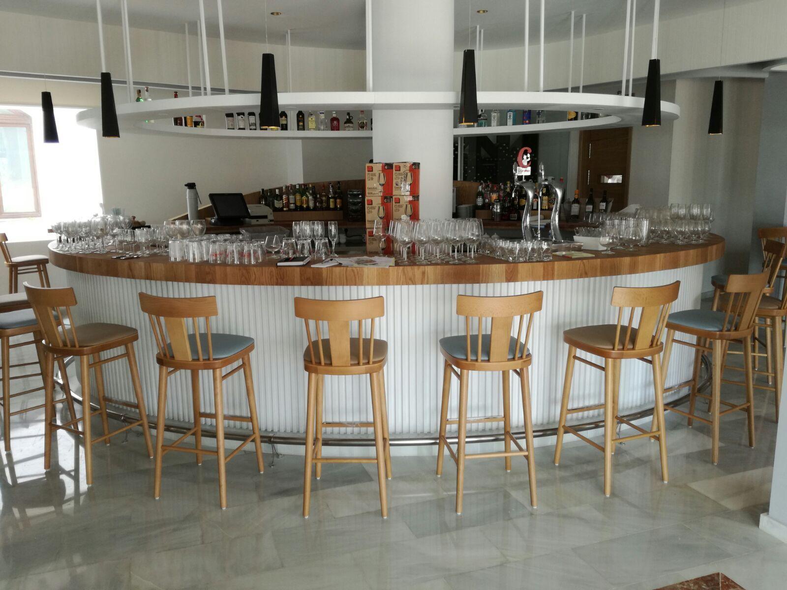 Restaurante del Hotel Gran Sol en Zahara de los Atunes / Por Inou Mobiliario.