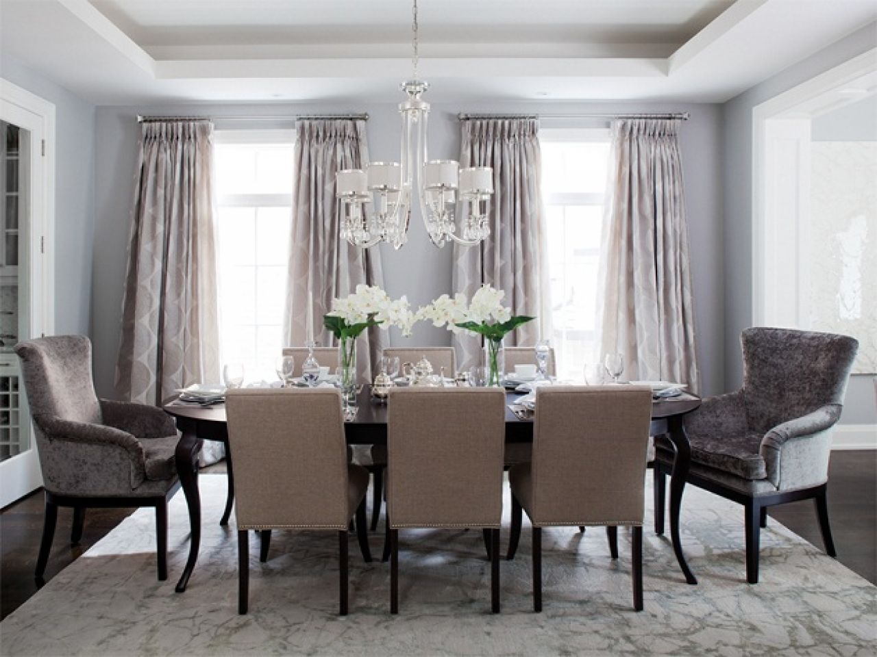 comfortable-curtain-ideas-for-dining-room-with-vertical-folding