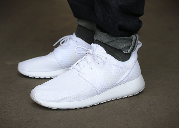 nike roshe run white black logo arrow