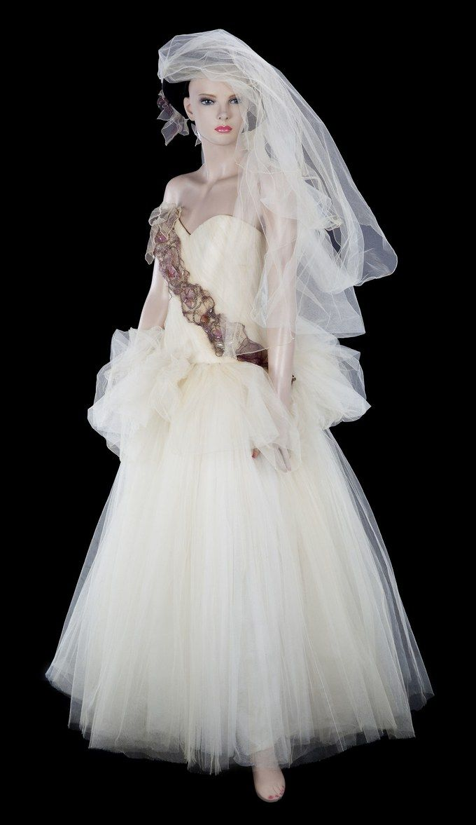 Remember When Madonna Was Married To Sean Penn Here S Her Wedding Dress Wedding Dresses Wedding Dresses Unique Miranda Lambert Wedding Dress