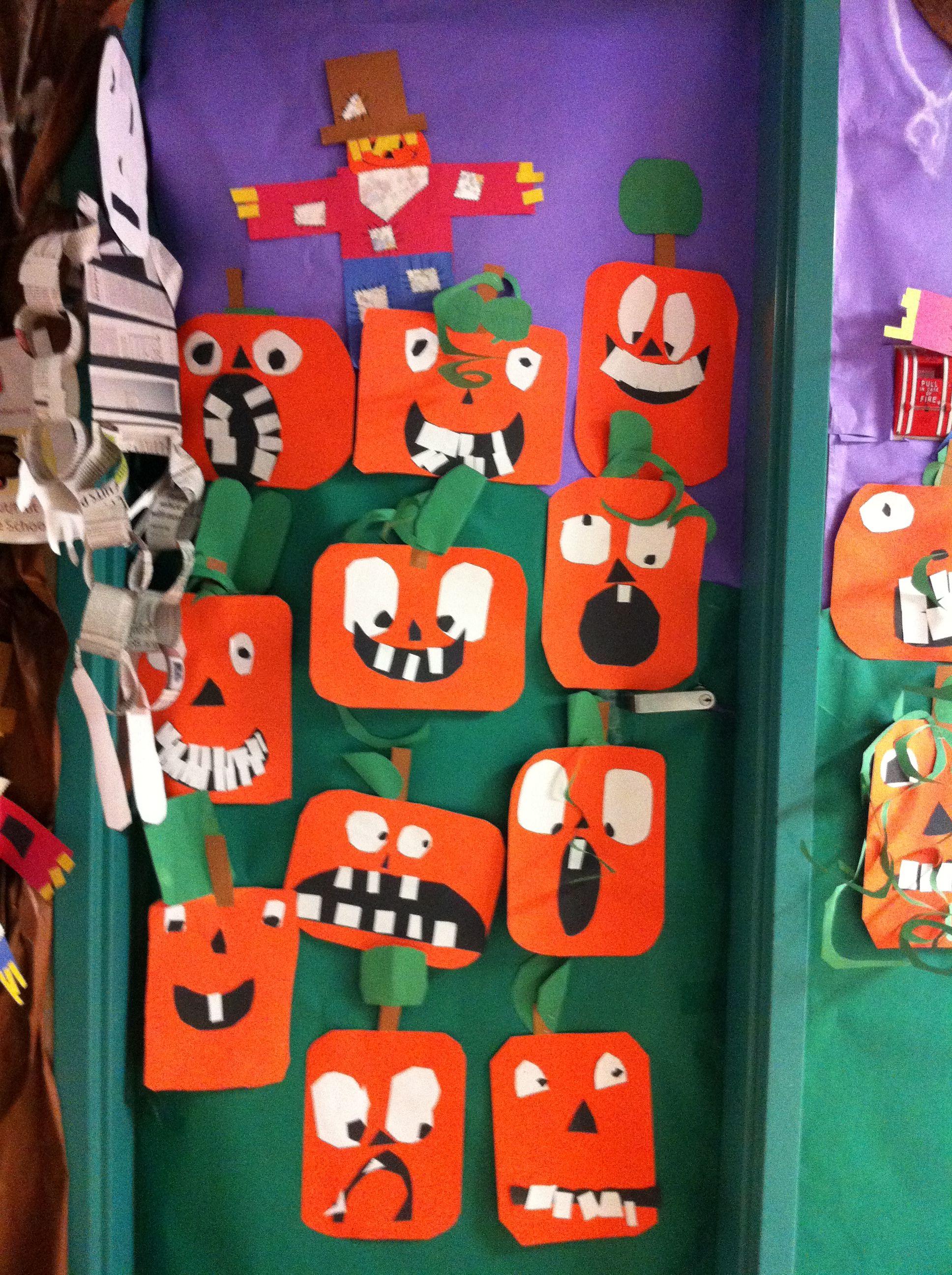 Puerta decorada con calabazas hechas por los alumnos para for Puertas decoradas halloween calabaza