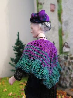 Hanna & Leijona: Ihana kirja ja kumma Molly - beautiful shawl at sclae 1:12