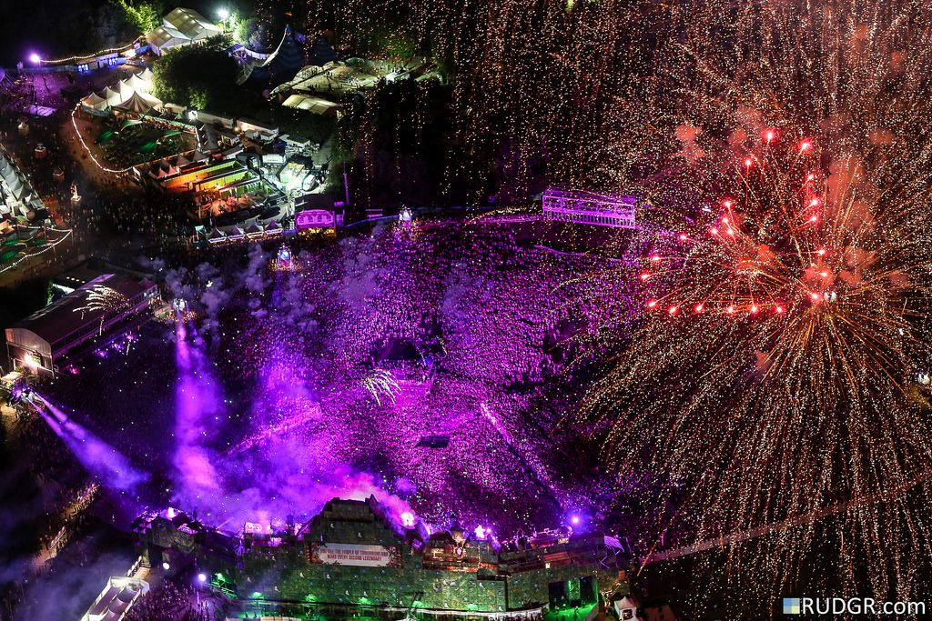 This is your life, make every second legendary.. Tomorrowland air's view, so sick Pinterest: Alejaavilap ✨