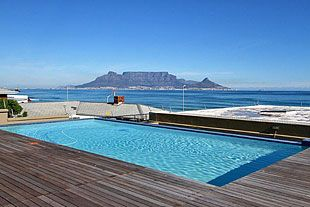 INFINITY SELF CATERING HOTEL, Bloubergstrand - Providing iconic views of Table Mountain and Robben Island this apartment hotel is just metres from the beach and offers self catering accommodation for holiday and business visitors. Facilities include a gym, rooftop pool and underground parking.