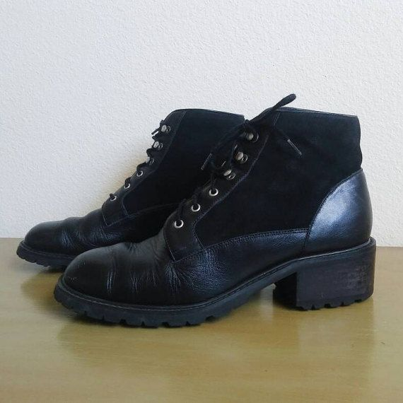 Vintage Jones New York Sport boots. These learher boots are lace up with a rugged lug sole and chunky heel. Made of genuine leather with